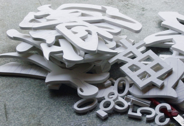 PVC字是指用PVC制作而成的广告装饰用字,是当今非常流行的广告装饰材料。PVC,主要成份为聚氯乙烯,另外加入其他成分来增强其耐热性,韧性,延展性等。这种表面膜的最上层是漆,中间的主要成分是聚氯乙烯,最下层是背涂粘合剂。它是当今世界上深受喜爱、颇为流行并且也被广泛应用的一种合成材料。  而且表面光滑、色泽鲜艳、极富装饰性,装饰应用面较广。施工工艺简单,安装较为方便。 在欧美国家PVC是建筑行业的宠儿,PVC在人们的日常生活中随处可见。PVC不但可以表现自然界的颜色,还可以表现人们幻想中的颜色。 性能特点