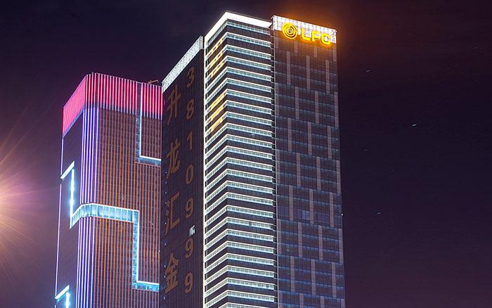 大楼外墙发光字制作也叫大楼墙面发光字制作,是指大楼的墙体安装发光字,其特点是受风力小,可直接安装大墙面上,省去钢结构。对于墙面不平整,如玻璃幕墙,就需要外加钢结构。 大楼外墙发光字没有特殊情况下,不需要特别审批。其制作费用相对楼顶发光字也较少。对于高楼的外墙,却增加了安装难度,就需要安装吊栏,这就额外了加大制作费用。  不锈钢烤漆背发光字  不锈钢平面发光字 安装形式:幕墙结构